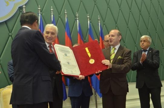 A congratulatory shake-hand between European Tourism Academy leader, MIRCEA CONSTATINESCU and Academician Dr. HUN SEN