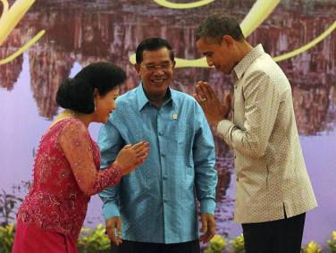 Obama and Samdech Hun Sen promoting Khmer style shirt